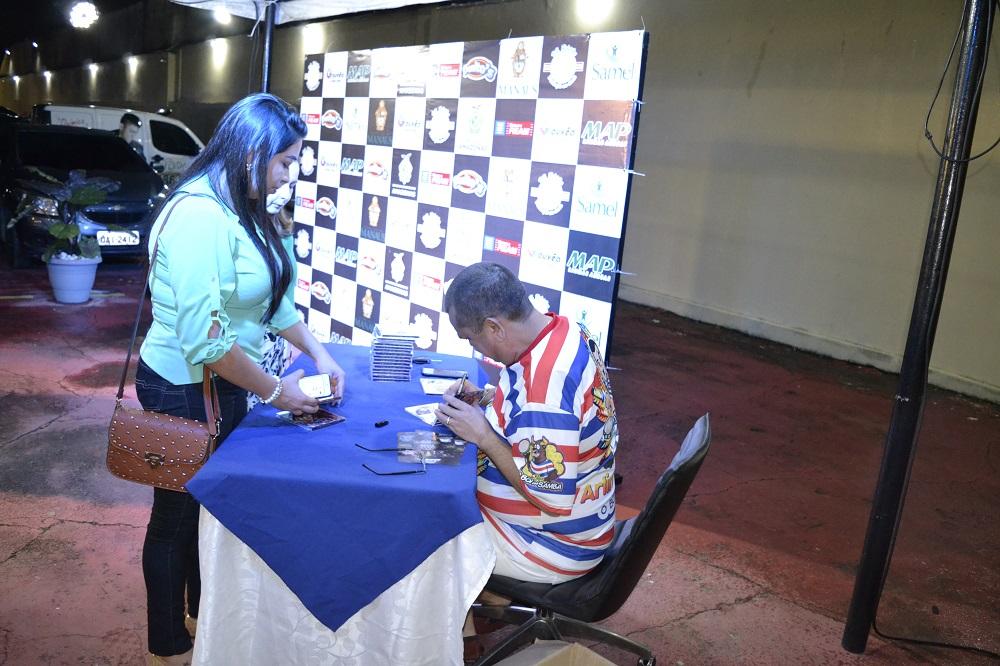 Noite de autografo com o Arlindo Jr